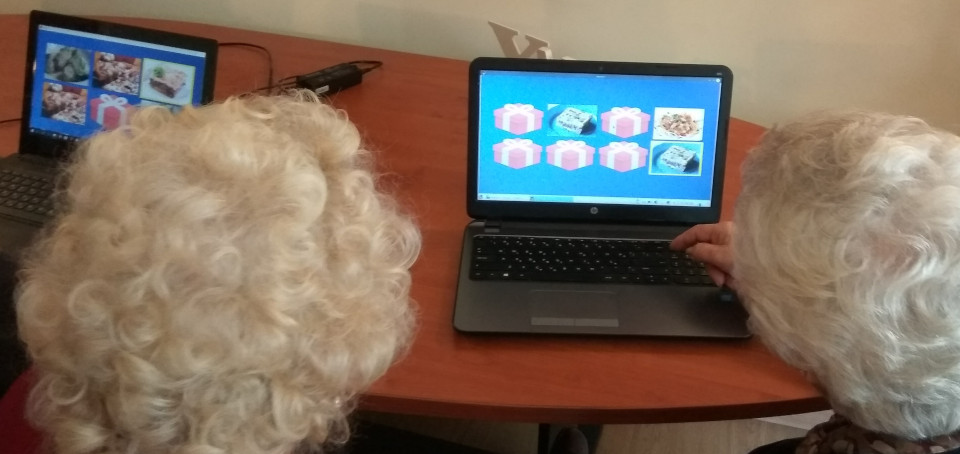 Elderly playing games in Memor-I Studio.